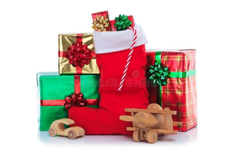 Чулок рождества с подарками обернул настоящие моменты стоковая фотография