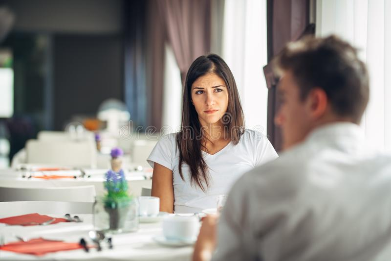 Чуткая эмоциональная женщина слушая о плохой новости, проблемах Унылая женщина чувствуя отсутствующий и не заинтересованный Сомне стоковое изображение