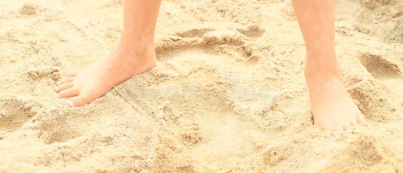 чуть-чуть ноги песка стоковое фото rf
