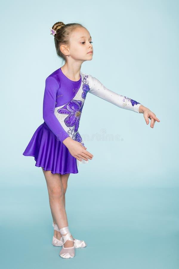 Чудесная милая девушка 7 лет танцевать стоковое фото rf