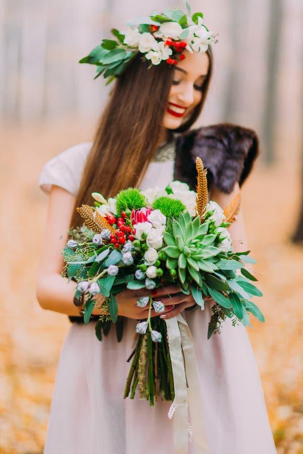 Чудесная невеста с bouguet свадьбы счастливо усмехаясь Лес осени на предпосылке стоковое изображение