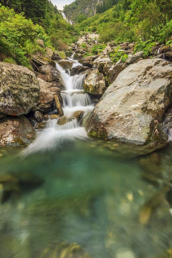 Чудесные каскады в горах, горы Fagaras, Карпаты, Румыния стоковые изображения