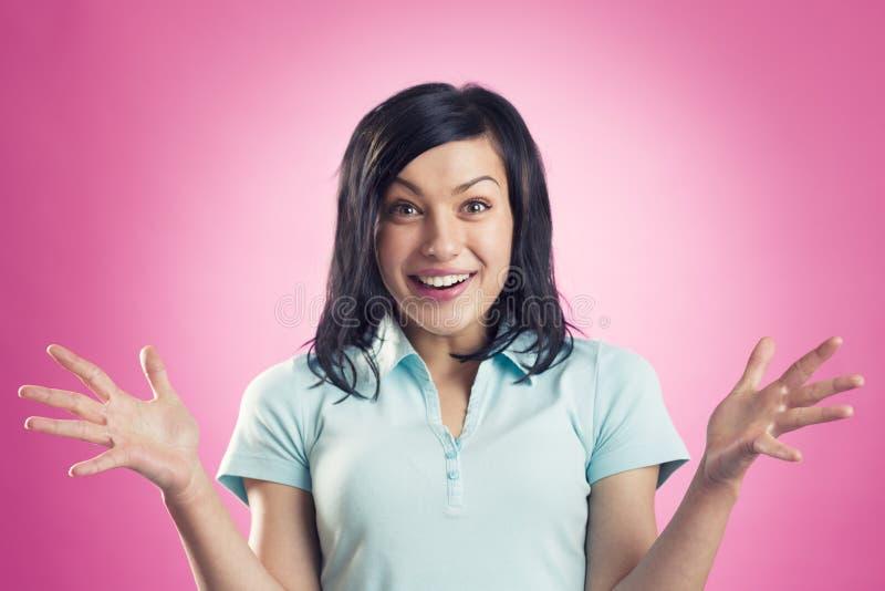 Чудесные новости: Excited радостная девушка смотря удивлены стоковые фотографии rf
