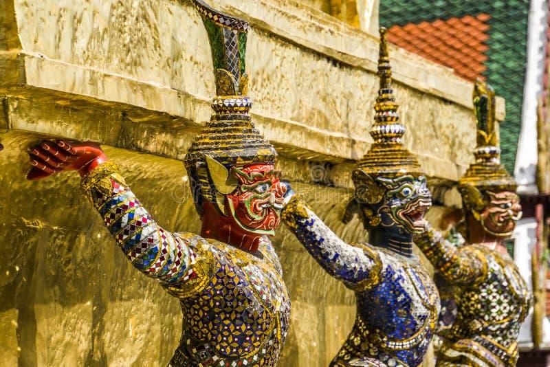 Чудесные статуи на Wat Phra Kaew стоковое фото