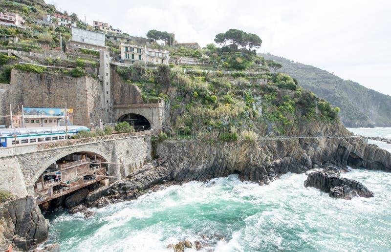 Чудесные цвета Cinqueterre плавают вдоль побережья, Riomaggiore - Италия стоковое изображение rf