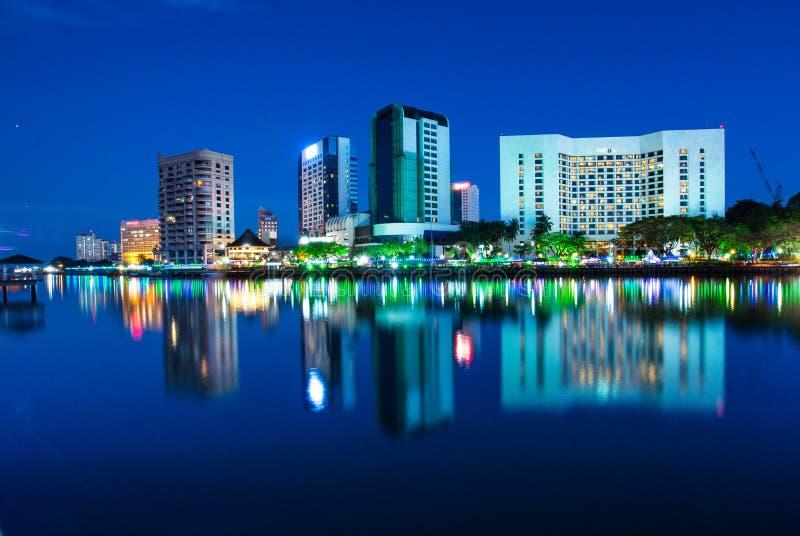 чудесный взгляд ночи города kuching стоковые изображения rf