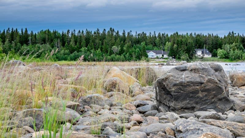 Чудесный летний день в северной Швеции на море стоковые изображения rf