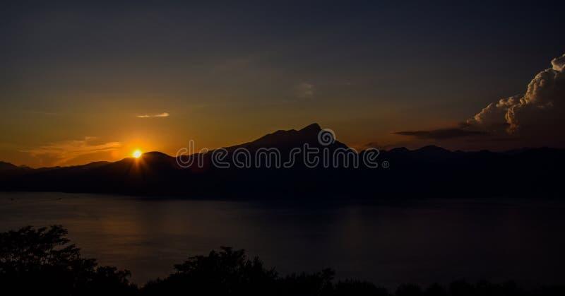 Чудесный заход солнца на lago di garda стоковое изображение rf