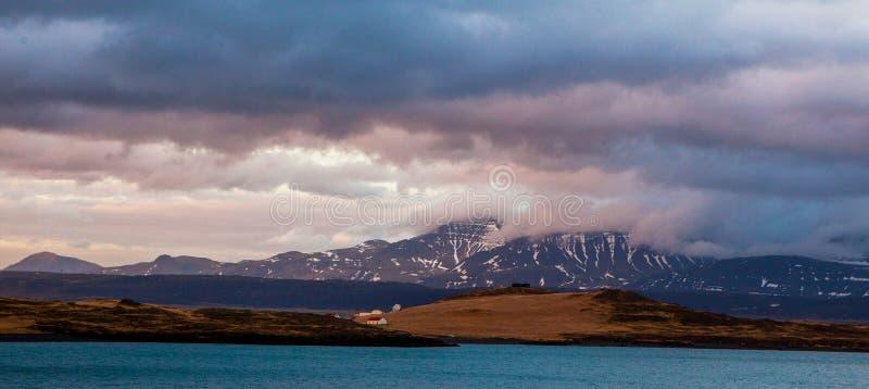 Чудесный исландский ландшафт природы Высокие горы, снег, riwer горы и зеленый злаковик стоковые изображения rf