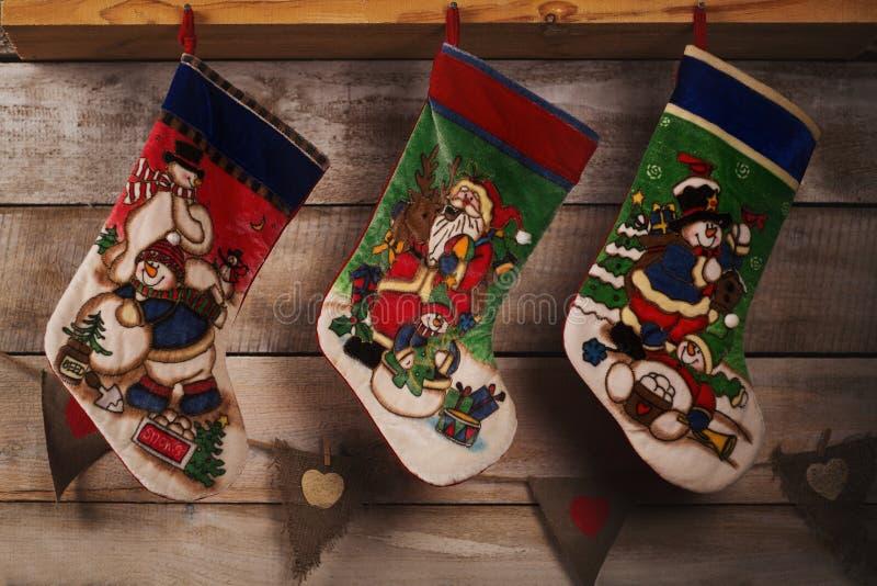 Чулок рождества на деревянной предпосылке стоковое изображение rf
