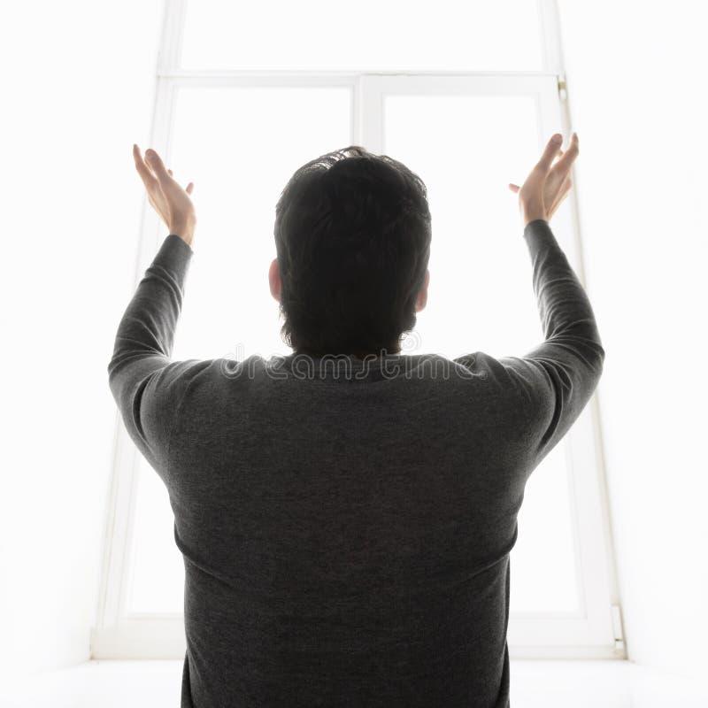 Чудо. Вид сзади человека стоя перед wi окна стоковые изображения