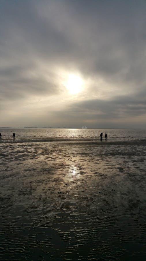 чывство выдержки пляжа дает медленные мягкие волны захода солнца очень стоковая фотография