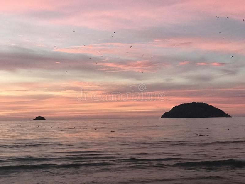 чывство выдержки пляжа дает медленные мягкие волны захода солнца очень стоковое фото rf