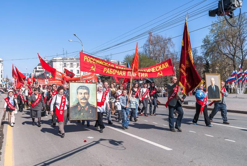 Члены KPRF с портретом Сталина на параде стоковые фото