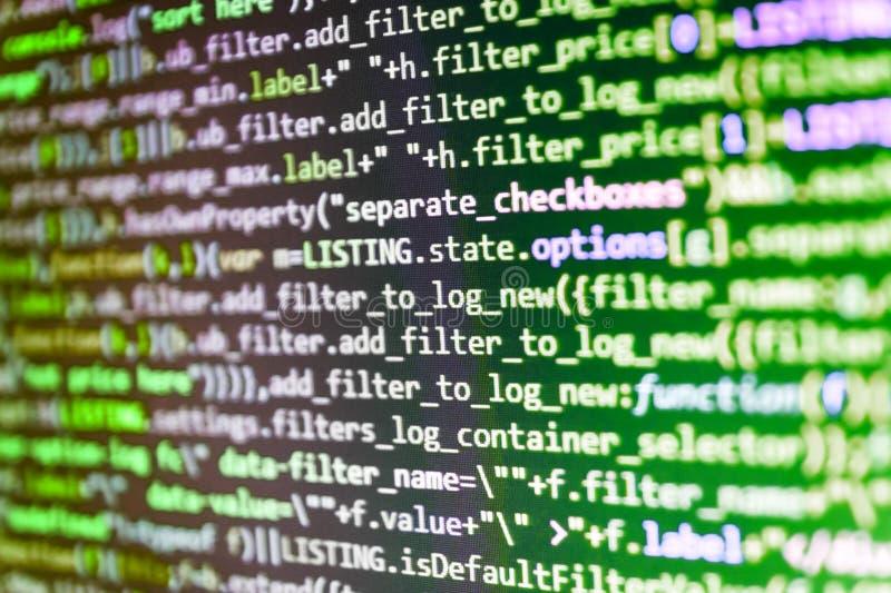 Шаблон вебсайта, выборочного фокуса поток информации облака Коды вебсайта на программисте монитора компьютера работая на компьюте стоковая фотография rf