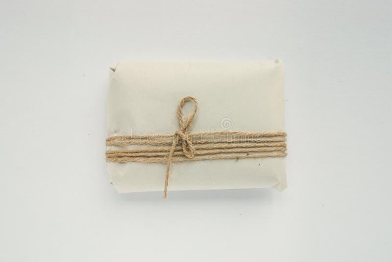 Шаблон коробки с красными веревочками Изолированный обернутый подарок стоковое изображение rf