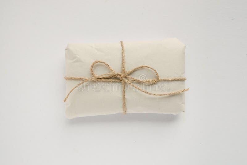 Шаблон коробки с красными веревочками Изолированный обернутый подарок стоковые фотографии rf