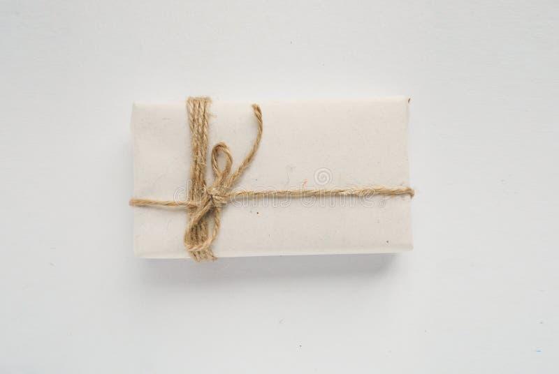 Шаблон коробки с красными веревочками Изолированный обернутый подарок стоковые изображения
