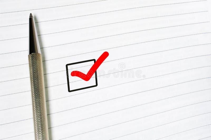 Шаблон обзора, выбор вопросника, отметил флажок с ручкой на выровнянной бумажной предпосылке стоковая фотография rf