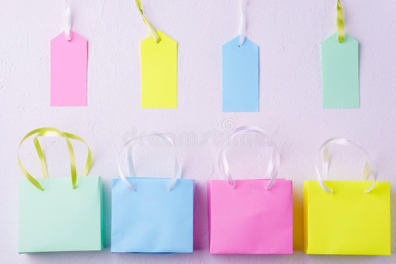 Шаблон продажи с хозяйственными сумками и ценниками стоковая фотография rf