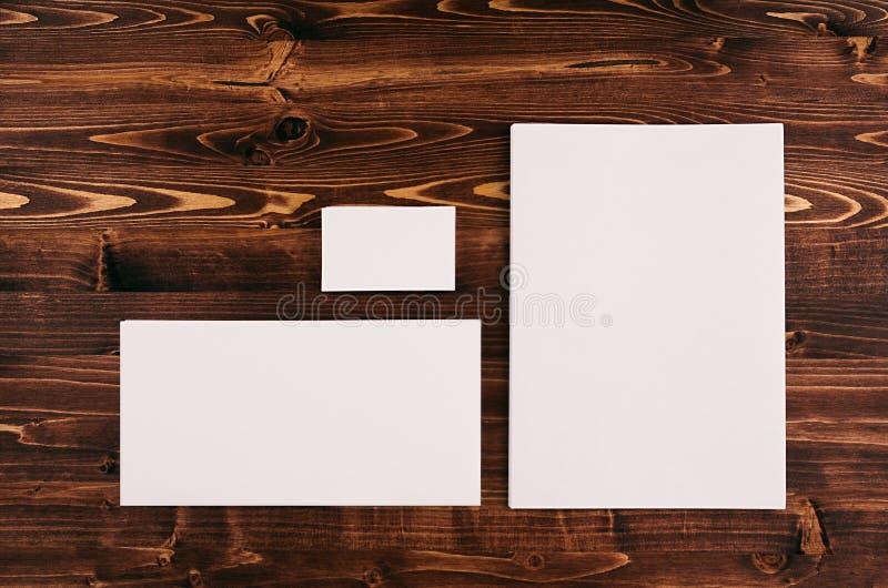 Шаблон фирменного стиля, канцелярские принадлежности на винтажной коричневой деревянной доске Глумитесь вверх для клеймить, предс стоковые фотографии rf