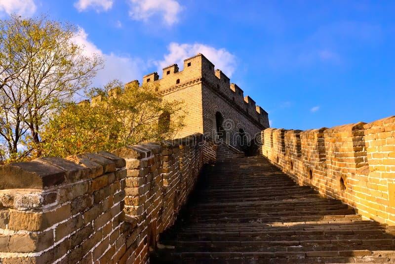 Шаги Великой Китайской Стены восходящие на Mutianyu стоковая фотография
