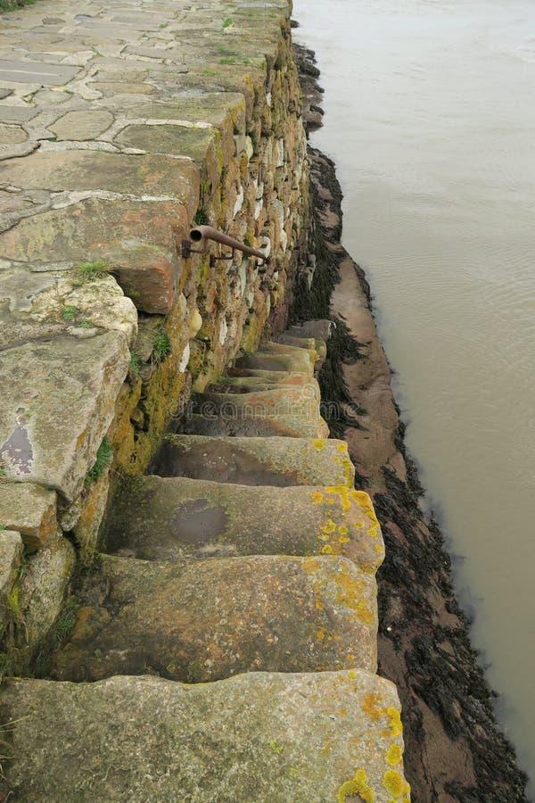 Шаги - вниз от стены гавани Сент-Эндрюса стоковые фото