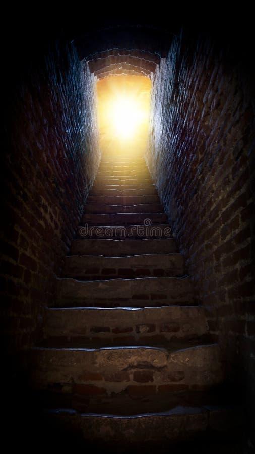 шаги водя до солнца бог к путю Яркий свет от рая Вероисповедная предпосылка светлое небо солнечное explosio стоковые изображения