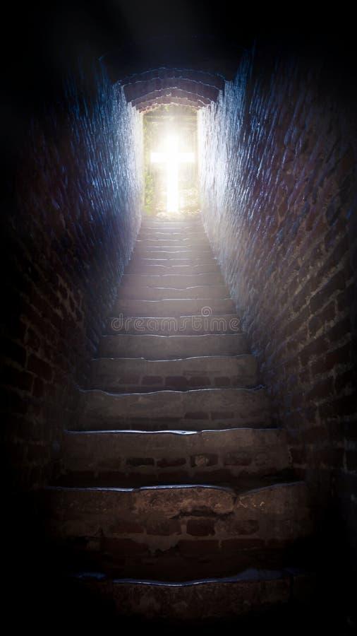 шаги водя до солнца бог к путю Яркий свет от рая Вероисповедная предпосылка светлое небо солнечное explosio стоковые изображения rf