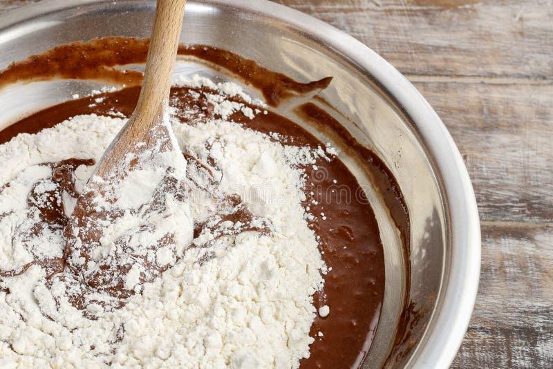 Шаги делать шоколадный торт: смешивая ингридиенты стоковое фото