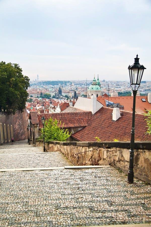 Шаги и взгляд городского пейзажа исторических зданий в Праге, Czec стоковые фотографии rf