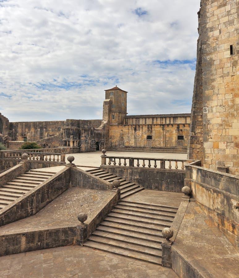 Шаги каменных лестниц водят к обширному району стоковая фотография