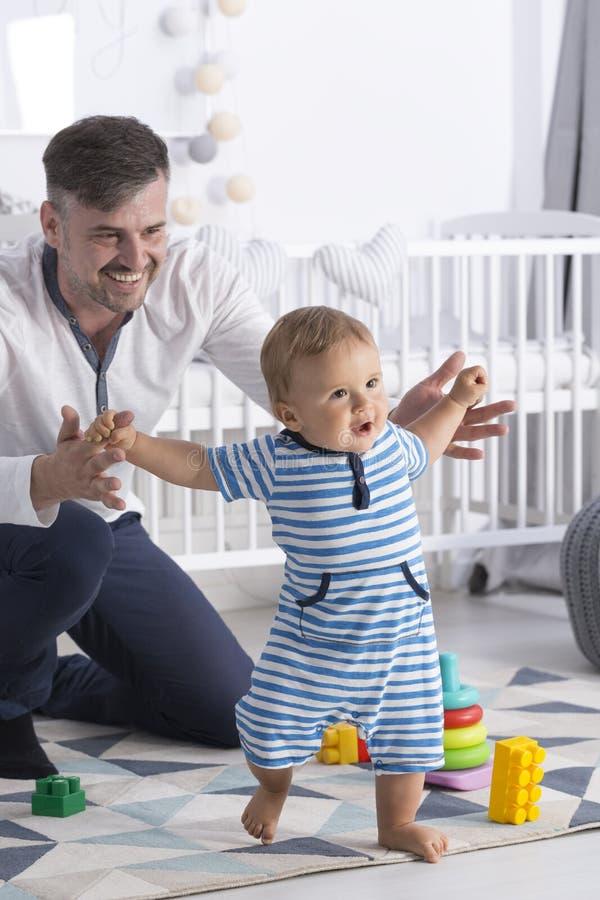 шаги младенца первые s стоковые изображения