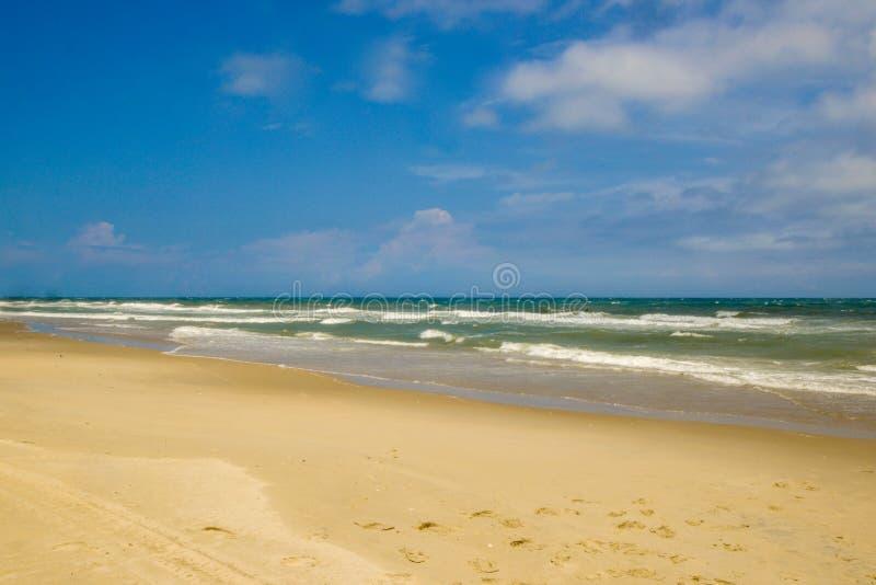 Шаги на пляже на солнечный день стоковые фото