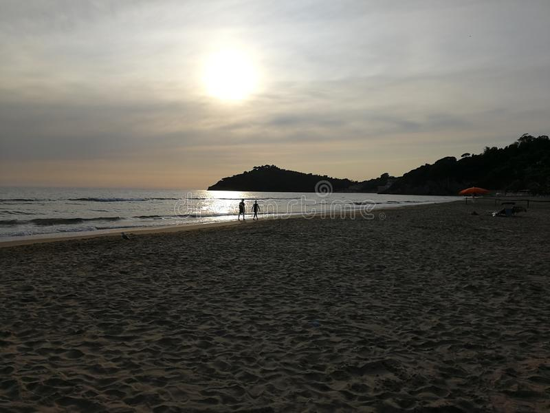 Шаги пляжа Gaeta - Trecento на заход солнца стоковое изображение rf