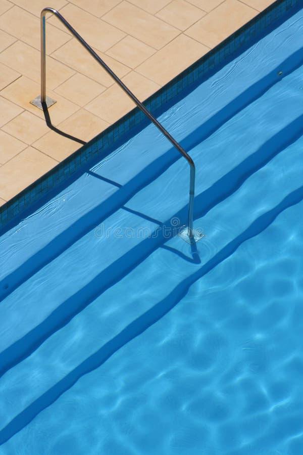 шаги рельса бассеина плавая стоковое фото