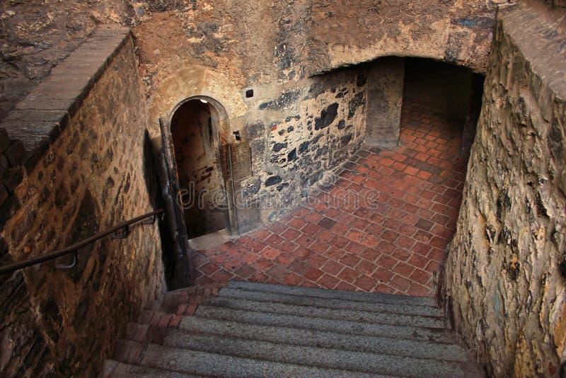 Шагнутый спуск в подземелье средневекового замка стоковое изображение rf