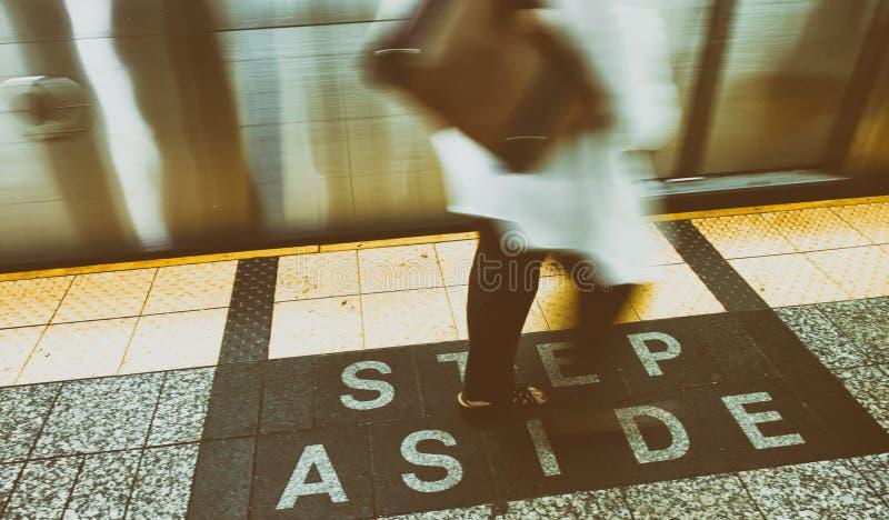 Шаг в сторону подписывает внутри станцию метро Нью-Йорка стоковое изображение rf