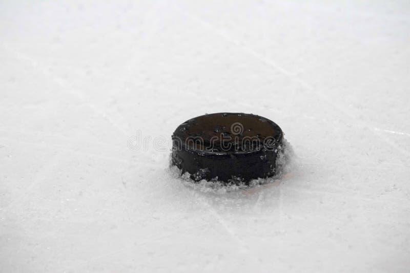 Шайба на поверхности катка хоккея на льде, предпосылке спорта стоковое изображение rf