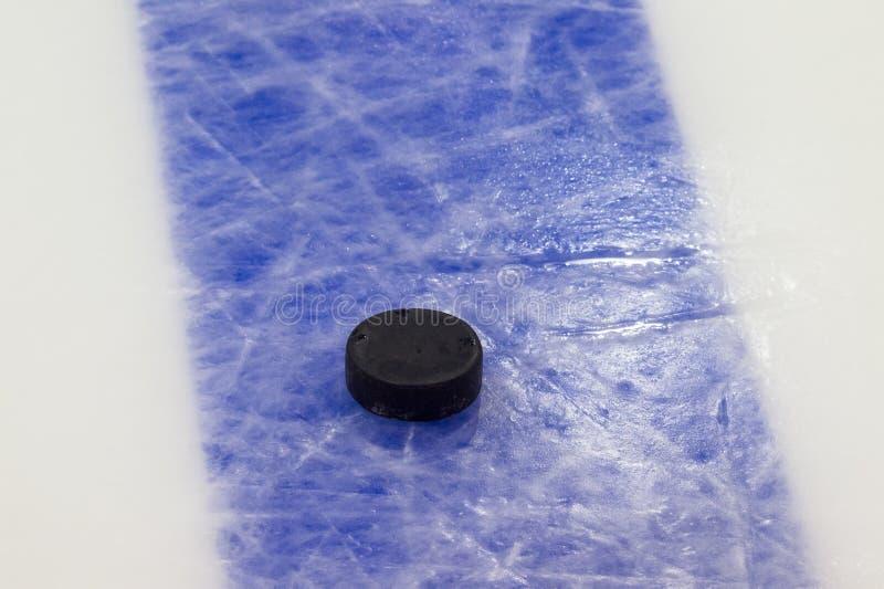 Шайба на поверхности катка хоккея на льде, предпосылке спорта стоковые фото