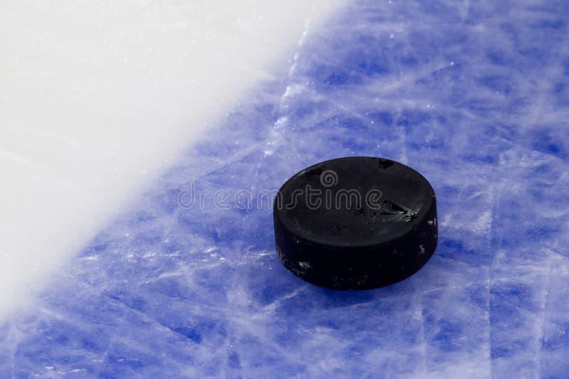 Шайба на поверхности катка хоккея на льде, предпосылке спорта стоковые изображения