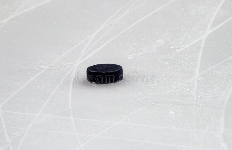Шайба на поверхности катка хоккея на льде, предпосылке спорта стоковое фото rf
