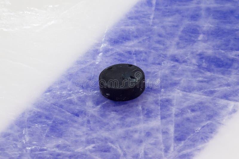 Шайба на поверхности катка хоккея на льде, предпосылке спорта стоковое изображение