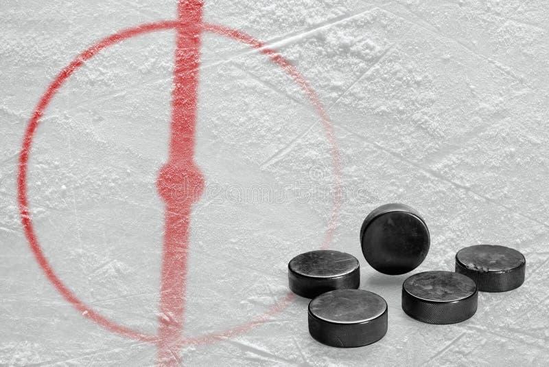 Шайбы и часть арены хоккея с центральным кругом стоковое изображение rf