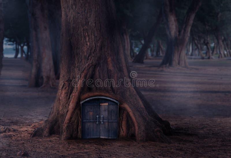 Шалаш на дереве в сказке с деревянными дверями стоковое фото rf
