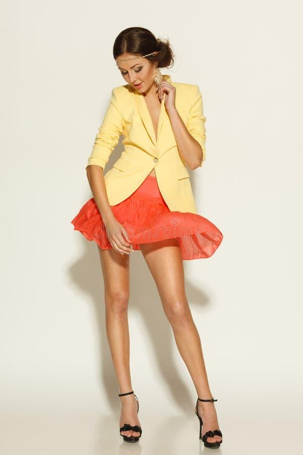 Шаловливая девушка в миниой юбке стоковое фото rf