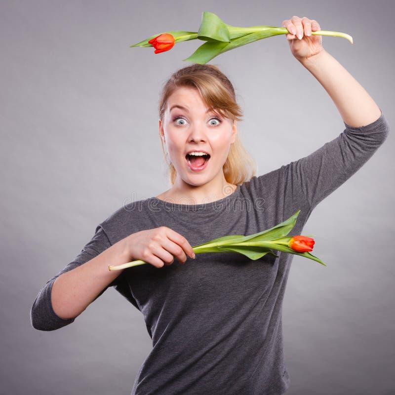 Шаловливая девушка имея потеху с тюльпанами цветков стоковые изображения