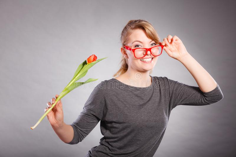 Шаловливая девушка имея потеху с тюльпаном цветка стоковые фото