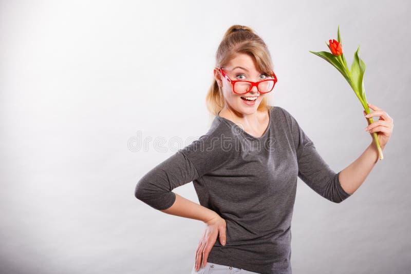 Шаловливая девушка имея потеху с тюльпаном цветка стоковое фото rf