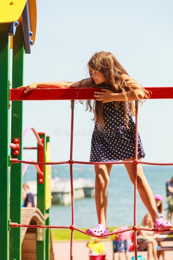 Шаловливая девушка на спортивной площадке стоковое фото rf
